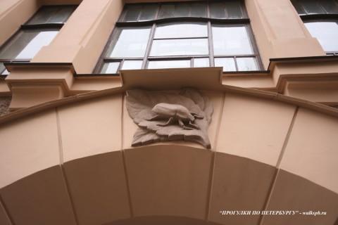 Фрагмент фасада здания гимназии К. и. Мая. 2008.04.19.