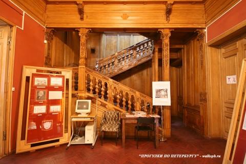 Дубовая лестница в особняке Н. П. Румянцева. 2008.04.05.