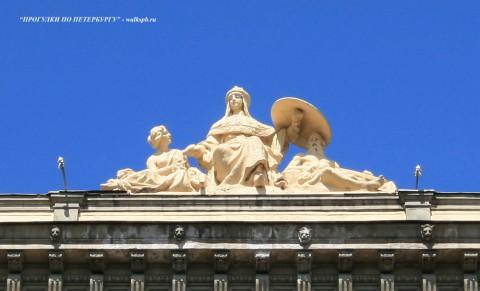 Чернега А.В., Скульптура на крыше дома №37 по Большой Морской улице. 22.07.2012.