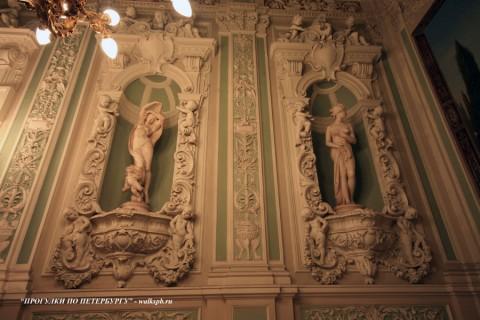 Статуи на парадной лестнице особняка А. Ф. Кельха. 2008.11.04.
