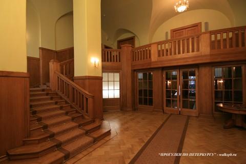 Холл и лестница в особняке В. С. Кочубея. 2009.05.14.