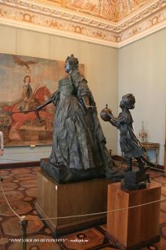 Статуя Анны Иоанновны с арапчонком. 2009.04.11.