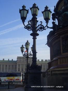 Фонарь у памятника Николаю I. 2006.09.23.