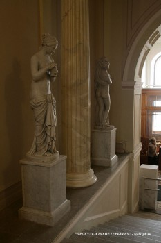 Скульптуры на парадной лестнице особняка Зубова. 2011.04.09.
