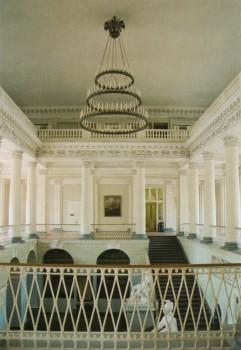 В вестибюле Адмиралтейства.
