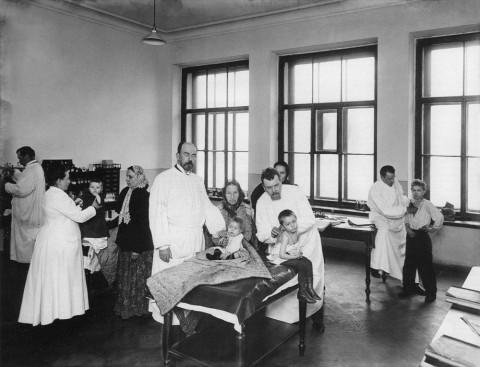 Фотоателье Буллы, Детская больница принца Петра Ольденбургского. Врачебный обход больных. 1910-е.