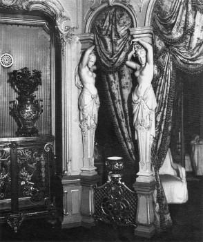 Кариатиды в одной из комнат дома графа А. Д. Шереметева в имении Ульянка. 1909 г..