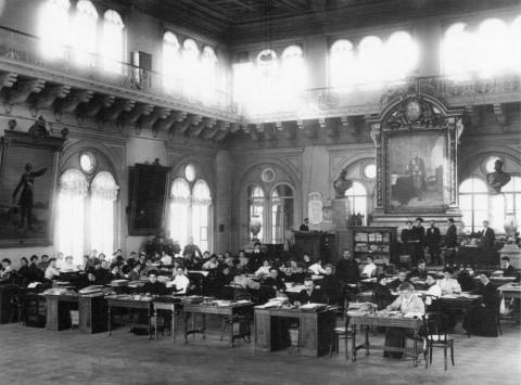 Рабочий аппарат избирательной комиссии в зале петербургской Городской Думы. нач. 1906 г..