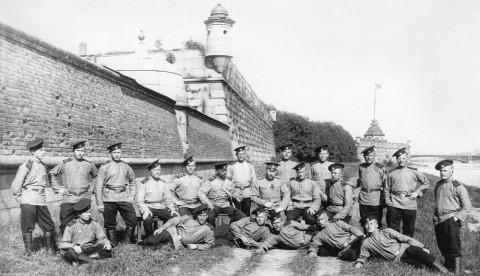 Солдаты и офицер местной команды у Петропавловской крепости. 1911 г..