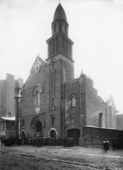Группа верующих у церкви во имя Французской Божией Матери (Лурдской). 1910 г..