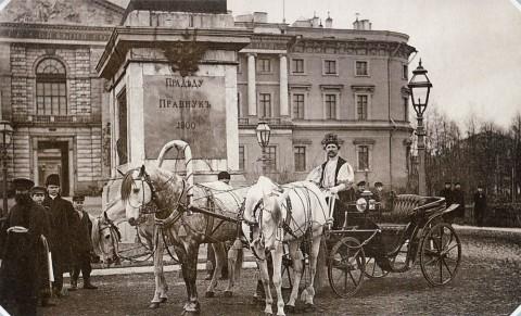 Булла К. К., Извозчики у Михайловского (Инженерного) замка. 1890-е гг..