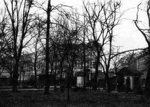 Юго-восточная часть Сада трудящихся с торговыми павильонами. 1928.
