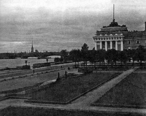Часть сквера на площади Декабристов с оградой и воротами со стороны Невы. 1935.