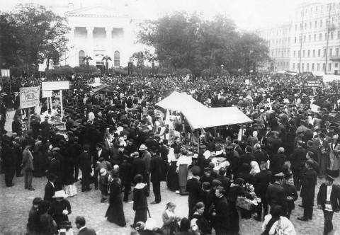 Неизвестный фотограф, Фруктовый базар в день Преображения Господня перед Спасо-Преображенским собором. август 1913 г..
