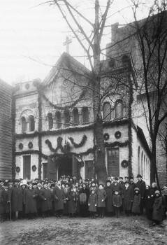 Булла К. К., Группа участников освящения церкви святого Бонифация выходит из церкви. 30.03.1914.