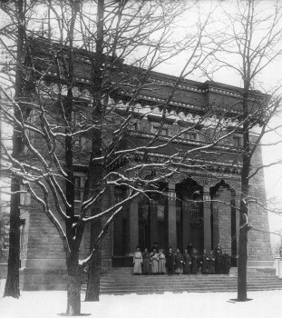 Штейнберг Я. В., У входа в Буддийский храм. 1915 г..