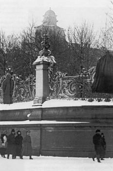 Решётка сада Зимнего дворца с зачехлёнными царскими гербами. 1917-1920 гг..