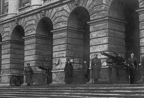 Оцуп П., Красногвардейцы и революционные солдаты на охране Смольного. октябрь 1917 г..