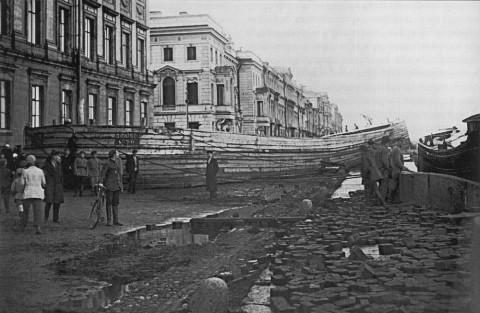 Булла В., Баржа на набережной 9 Января (ныне Дворцовой). 23.09.1924.