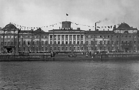 Моряки на набережной у здания Военно-морского училища в День Балтийского флота. 18.05.1924.