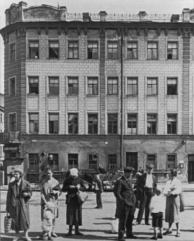 На трамвайной остановке у дома №120 по Международному (ныне Московскому) проспекту. 14.07.1934.