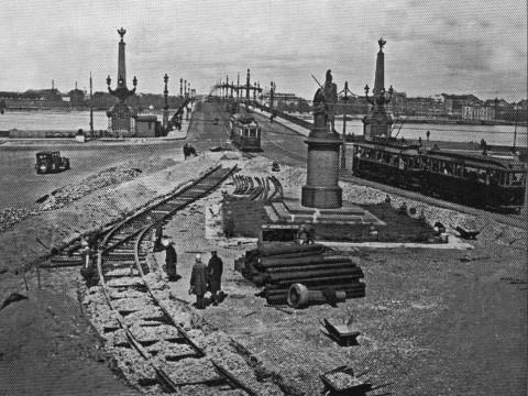 Прокладка трамвайной линии на Суворовской площади. 1933 г..
