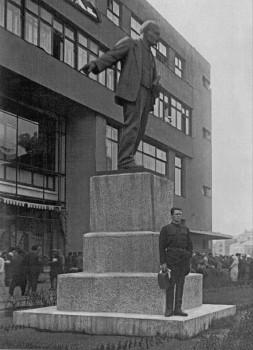 Памятник В. И. Ленину на пл. Стачек у Московско-Нарвского универмага. 1933 г..