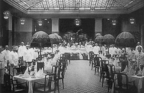 В зале ресторана гостиниця «Астория». 1930-е гг..