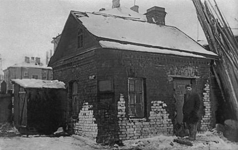 Луговая Г., Старейший рабочий завода «Красный путиловец» М. Г. Алексеев у своего дома на улице Стачек. 1933.