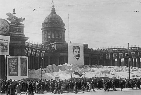 Макет «лагеря Шмидта О. Ю. во льдах» у Казанского собора в честь приезда челюскинцев. 1934 г..