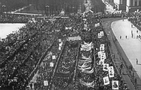 Колонны демонстрантов на площади Урицкого. 01.05.1937.