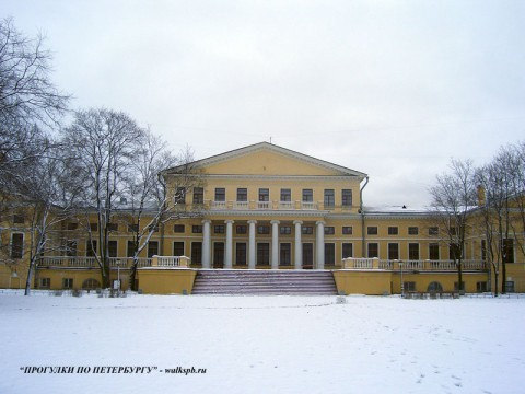 Фасад Юсуповского дворца со стороны сада.