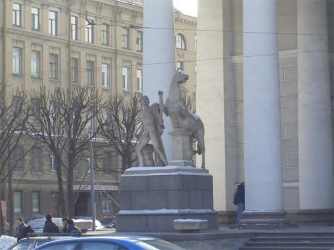 Скульптуры Диоскуров у Конногвардейского манежа.