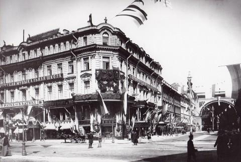 Булла К. К., Дом 16 по Невскому проспекту, украшенный флагами в честь коронации Николая II. 1896.05.04.
