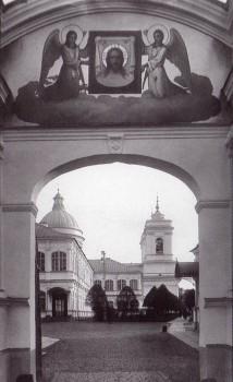 Булла К. К., Вид на боковой фасад Троицкого собора через арку внутренних ворот Свято-Троицкой Александро-Невской лавры. 1915 год.