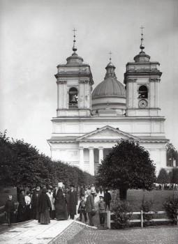Фотоателье Буллы, На аллее перед Свято-Троицким собором Александро-Невской лавры. 1913.