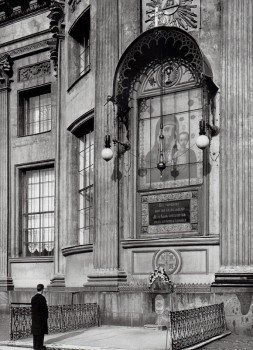 Фотоателье Буллы, Икона Казанской Божией Матери на восточном фасаде Казанского собора. 1911.