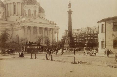 Смирнов А., Памятник Славы у Троицкого собора. 1904 год.