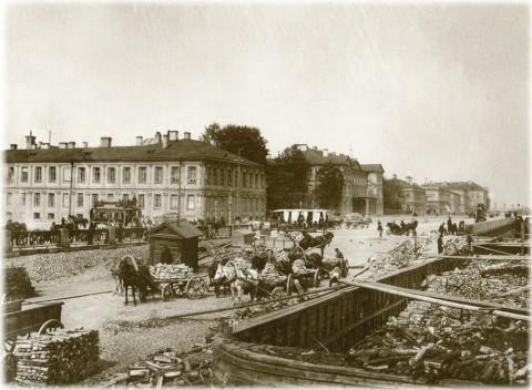 Булла К. К., Разгрузка барж у 1-й линии. Около 1903 года.