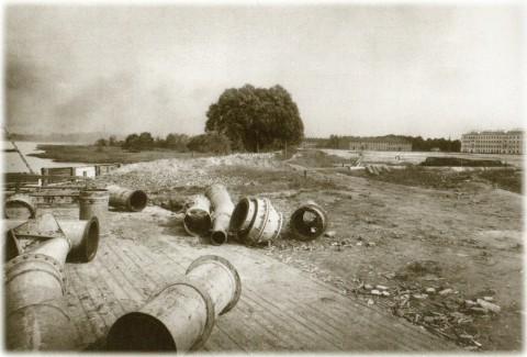 Фотоателье Буллы, Осушительные трубы на пристани. 1914 год.
