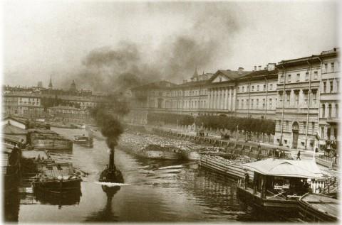Булла К. К., Панорама реки Фонтанки с пристанью, речными судами и баржами. 1900-е годы.