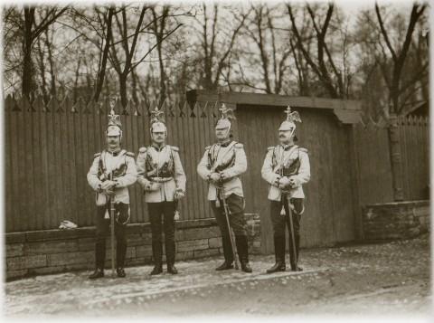 Фотоателье Буллы, Офицеры Лейб-Гвардии Кавалергардского полка после парада у Михайловского сада. 1904 год.