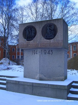 Памятник на территории больницы Петра Великого.