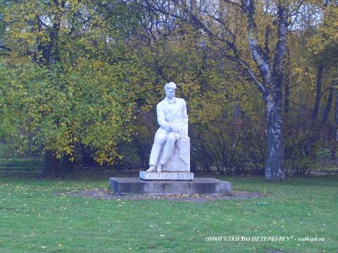 Памятник С. А. Есенину в Таврическом саду.