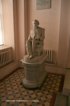 Скульптура в Пушкинском доме.
