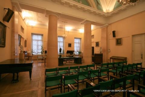 Зал в Пушкинском доме.