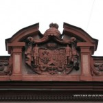 Герб на фронтоне особняка Барятинских