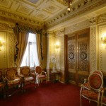Часть Розовой гостиной в особняке Елисеевых