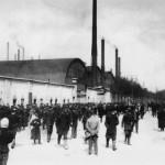 Рабочие у ворот Путиловского завода