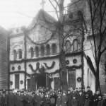 Группа участников освящения церкви святого Бонифация выходит из церкви